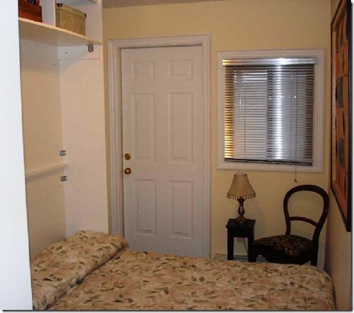Большую кровать можно спрятать в шкаф.