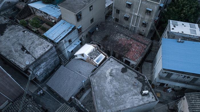 Древние дома разрушать по закону нельзя, нужно только восстанавливать (Plugin House, Китай). | Фото: designboom.com.