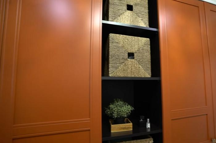 Модульные шкафы с открытыми полками и оригинальные корзины были приобретены в IKEA. | Фото: youtube.com/ @ INMYROOM TV.