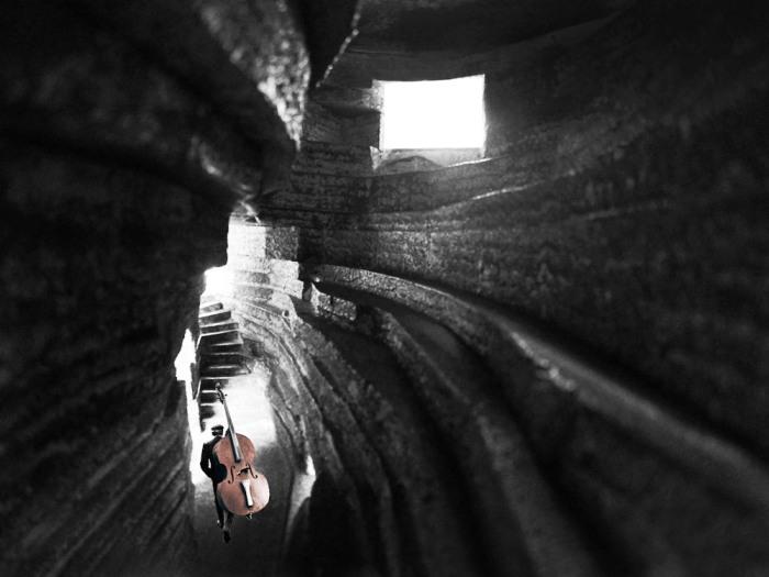 Слоистые бетонные наплывы строители делали вручную («Chapel of Sound», Китай). | Фото: visualatelier8.com.