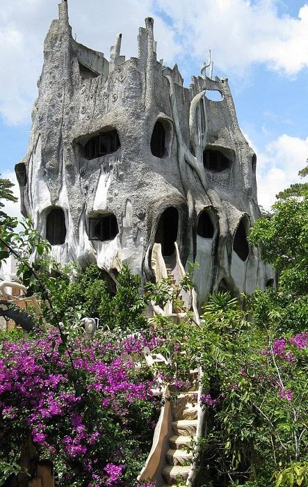 Гостевой дом больше похож на огромное старое дерево (Crazy House, Вьетнам).