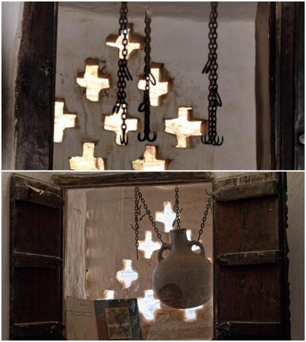 Эти жуткие металлические крюки удерживали огромные глиняные кувшины, в которых охлаждали воду («Dar al-Hajar», Йемен).
