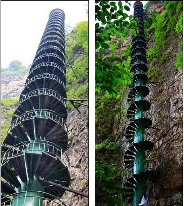 Металлическая винтовая лестница в горах Тяйхань (Китай).