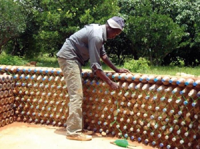 Чтобы конструкция была устойчивей и крепче горлышко каждой бутылки надо обвить крепкой веревкой. | Фото: ezermester.hu.
