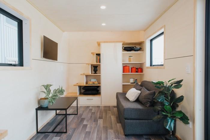 Гостиная получилась довольно просторная и стильная («Home Haven»). | Фото: newatlas.com.
