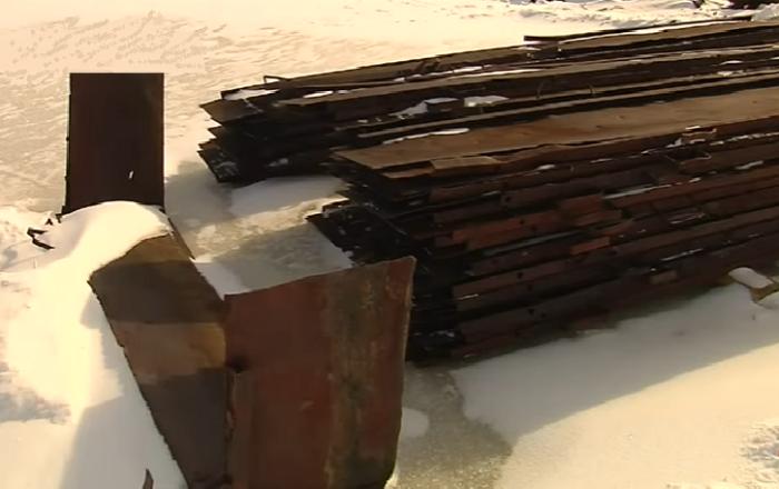 Металлические щиты служат опалубкой для создания рукотворного айсберга площадью около 6 тыс. кв. м (пос. Хатанга, Таймыр). © Наши Города.