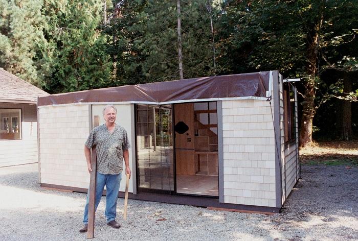 Крис Хэйнинг, вдохновившись японским минимализмом в строительстве и обустройстве жилья, создал крошечный дом для своей семьи. | Фото: tinyhouse.heininge.com.