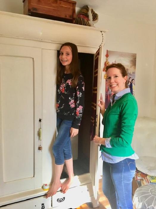 Девочке-подростку родители оформили секретную комнату, в которую можно попасть через особенный шкаф. | Фото: gildedinterior.com/ © Laura Medicus.