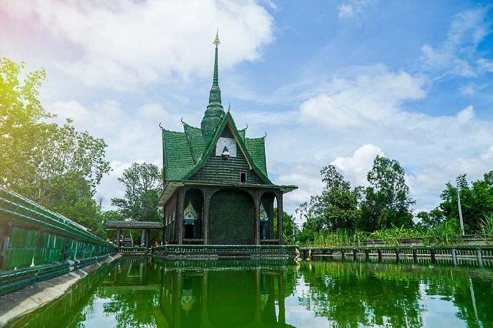 Это буддистский храм миллиона бутылок Ват Лан Куад.
