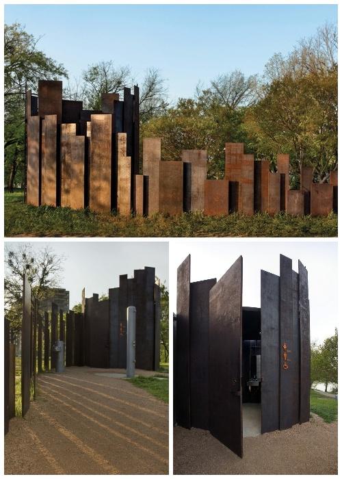 Общественный туалет Trail Restroom создан из пластин кортеновской стали разной высоты и ширины (Остин, штат Техас, США).