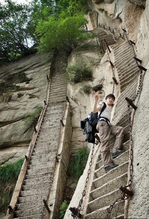 Такие вертикальные лестницы ведут в храм на горе Huashan (Китай).
