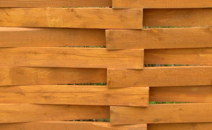 Деревянный забор не нагревается, а с таким переплетением еще и хорошо проветривается. | Фото: youtube.com/ © FORUMHOUSE.
