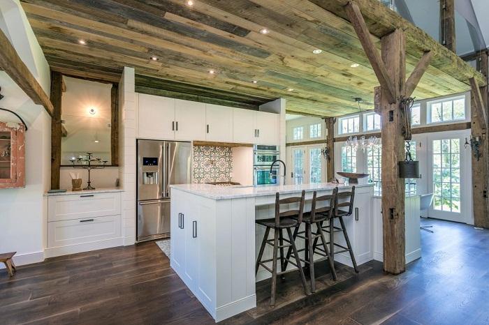 В кухне гармонично сочетаются деревянные элементы старого амбара и современная техника.