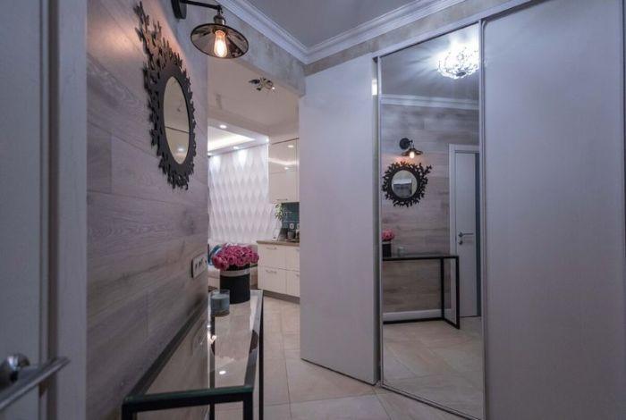 За зеркальной дверью спрятали вместительную гардеробную. | Фото: onashem.mediasole.ru.