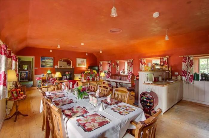 Большой обеденный стол позволяет устраивать званые ужины или обеды. | Фото: onthemarket.com.