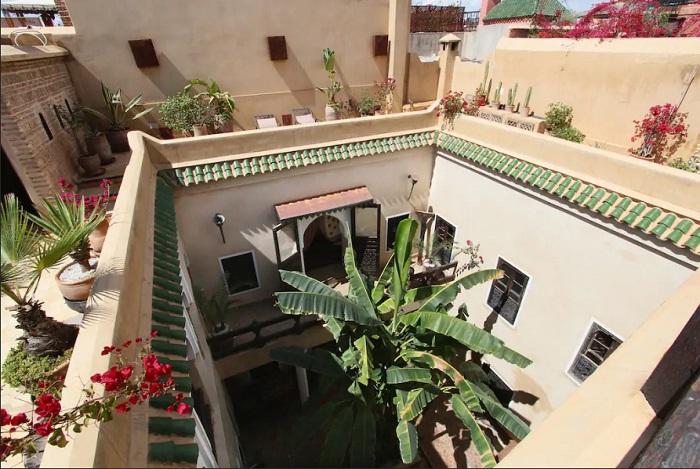 Красивый и уютный внутренний дворик – любимое место отдыха путешественников (Марракеш, Марокко).
