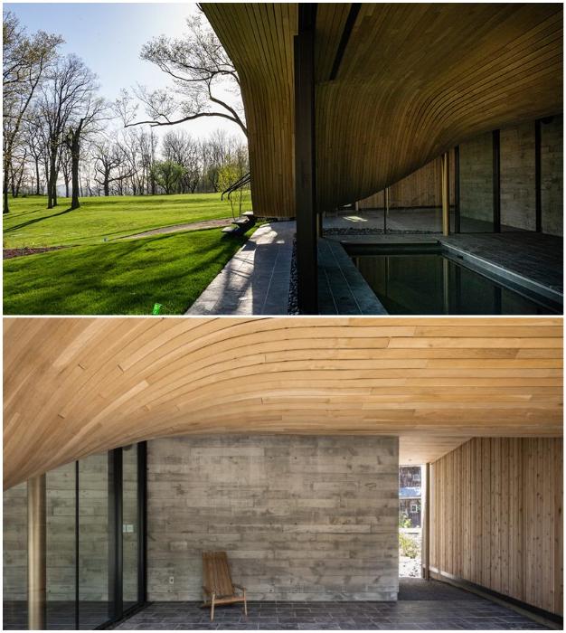 Изогнутый контур крыши можно увидеть не только снаружи, внутри помещения он создает плавный переход из одной зоны в другую (Fold House, Гамильтон).