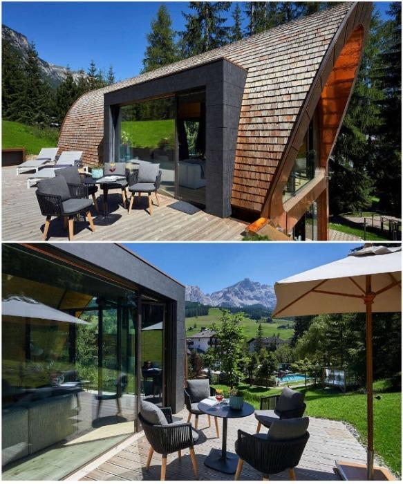 С гостиной есть выход на открытую террасу, где оформили уютную зону отдыха на свежем воздухе (курорт La Villa, Mi Chalet). | Фото: homeadore.com/ © Luca Visciani.