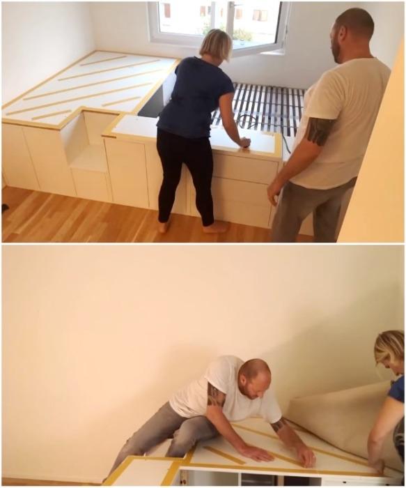 Подогнанное по размерам ковровое покрытие можно закрепить с помощью двустороннего скотча. | Фото: youtube.com/ DIY Floyd.