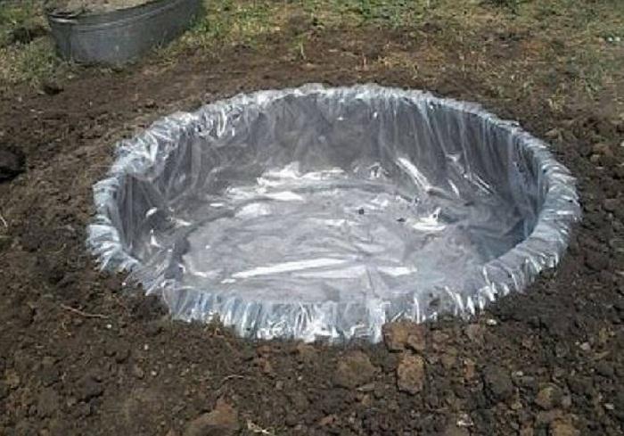 Уплотняем зазор межу покрышкой и краем ямы.