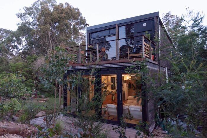 Молодой австралиец из 4 грузовых контейнеров создал дом своей мечты. | Фото: boredpanda.com.