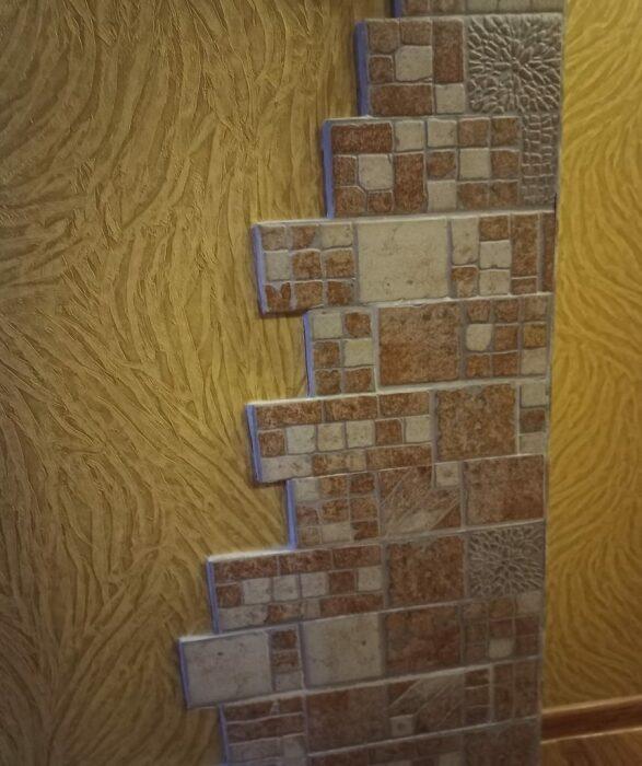 Неугомонная хозяйка не останавливается на достигнутом, теперь украшает углы прихожей и коридора. | Фото: lemurov.net.