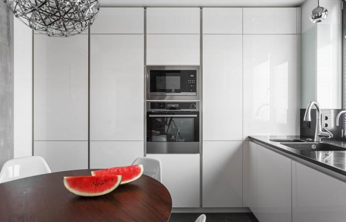 В кухне лучше установить полноценный шкаф с пола до потолка. | Фото: inmyroom.ru.