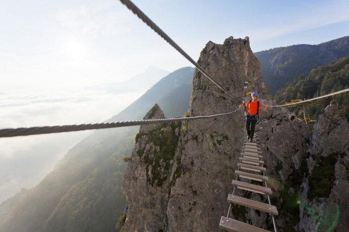 Веревочный мост между скалами Драконова стена на озере Мондзее (Австрия). | Фото: cameralabs.org.