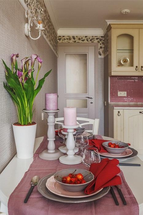 Сиренево-розовые тона оформления столовой зоны напоминают стиль прованс.
