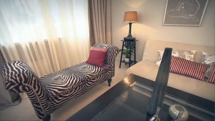 Дизайнеры программы «Идеальный ремонт» решили добавить африканских ноток в оформлении гостиной. | Фото: kvartiravmoskve.ru.