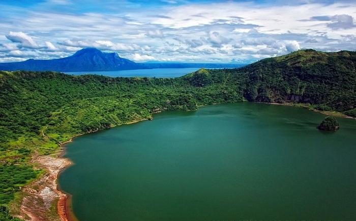 Филиппинский остров Пойнт в озере на острове.