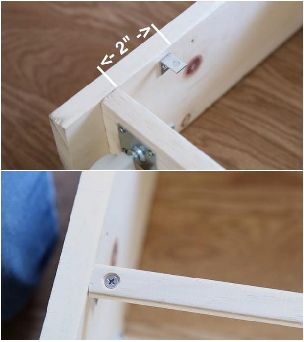 На расстоянии 5-6 см нужно закрепить планки, которые и будут удерживать предметы на узкой выкатной полке. | Фото: youtube.com © EngineerYourSpace.
