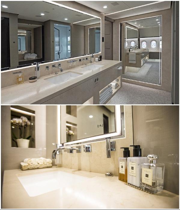 Одна из ванных комнат для пассажиров из общей каюты (VVIP Boeing787 Dream Jet).   Фото: bigpicture.ru.