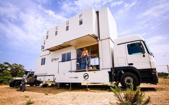 Так выглядит Truck Surf Hotel на парковке.