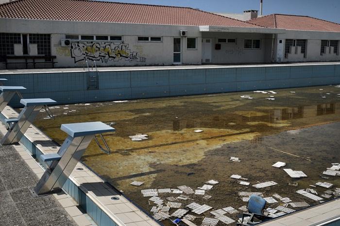 В этом бассейне состязались сильнейшие пловцы мира и ставились олимпийские рекорды (Афины).