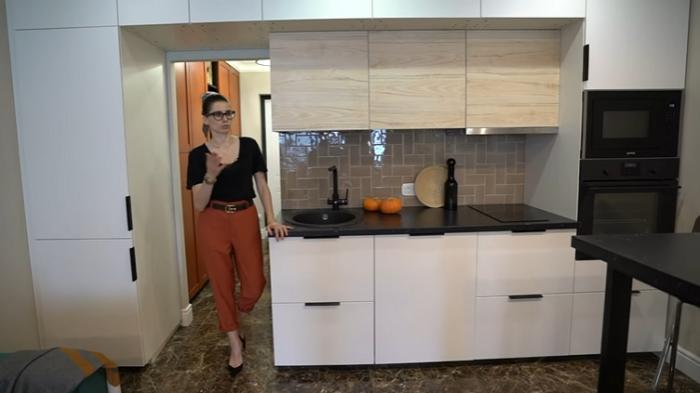 Кухонный гарнитур был собран из отдельных модулей, в который удалось спрятать и холодильник, и стиральную машину. | Фото: youtube.com/ @ INMYROOM TV.
