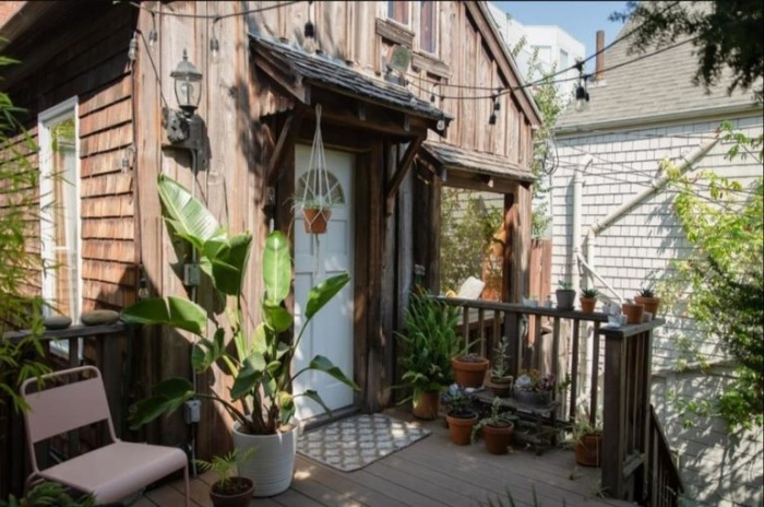За дверью этой деревянной избушки креативная владелица создала особенный мир тепла и уюта (Сан-Франциско, США). | Фото: pro-remont.mediasalt.ru.