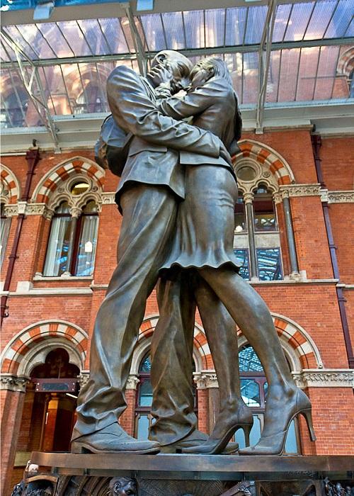 Памятник на железнодорожном вокзале «Место встречи» (Лондон).