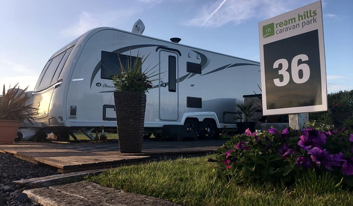 Полигон обустроили деревянными площадками для трейлеров и парковками (Ream Hills Caravan Park, Великобритания). | Фото: visitlancashire.com.