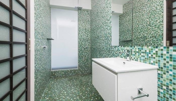 Ванную комнату облицевали оригинальным зеленым кафелем. | Фото: zen.yandex.ru.