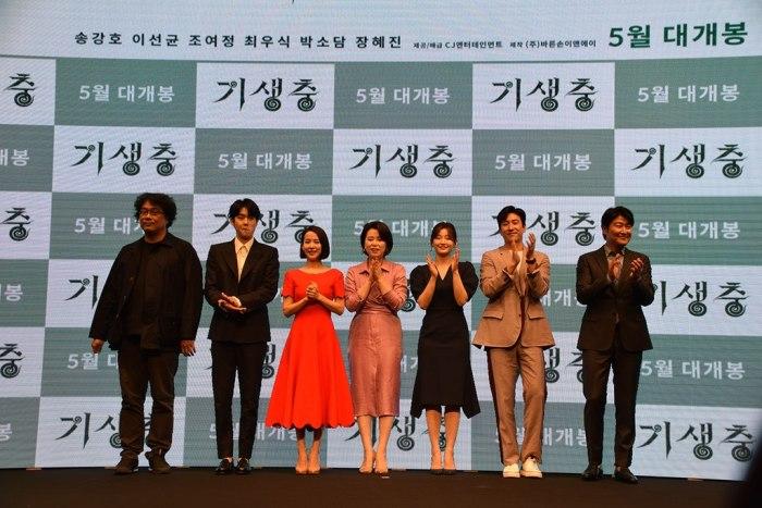 Режиссер фильма «Паразиты» Bong Joon Ho и группа актеров на презентации фильма. | Фото: ru.wikipedia.org/ © Kinocine PARKJEAHWAN4wiki.