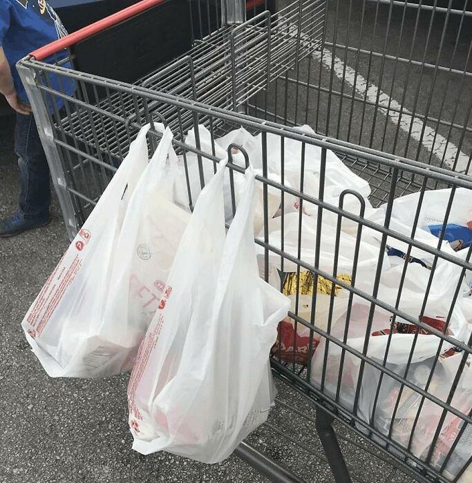 Петли на тележках супермаркетов можно использовать с пользой. | Фото: boredpanda.com.