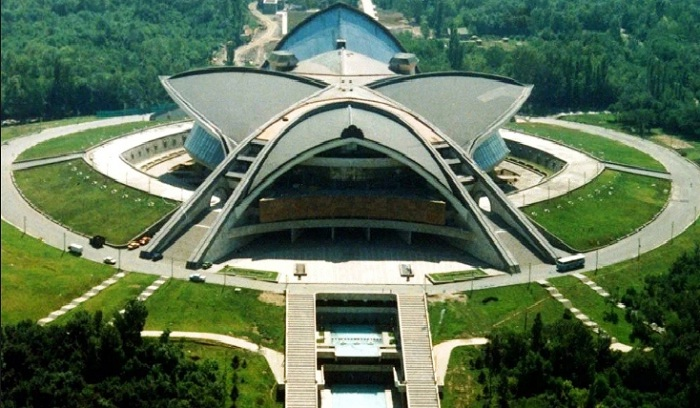 Здание Спортивно-концертного комплекса «Амалир» в Ереване (Армения).