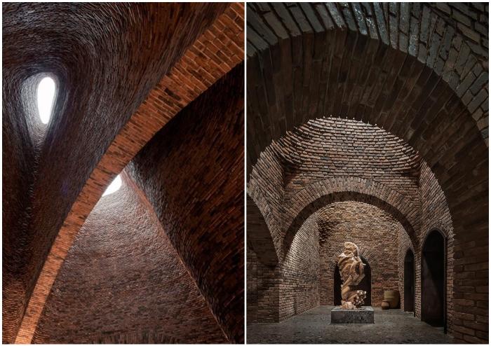 Большие кирпичные арки, высокие потолки и окна на крышах помогли создать особенный интерьер (50% Cloud, Китай).