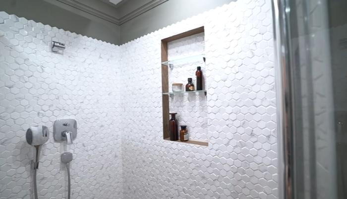 Оригинальной формы керамическая плитка в душевой зоне стала дополнительным украшением ванной комнаты. | Фото: youtube.com/ @ INMYROOM TV.
