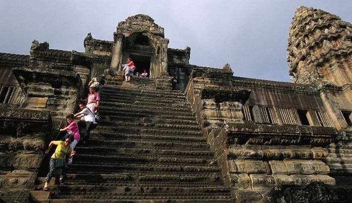 Буддисты всего мира стойко преодолевают столь крутую лестницу в храм Ангкор-Ват (Камбоджа).
