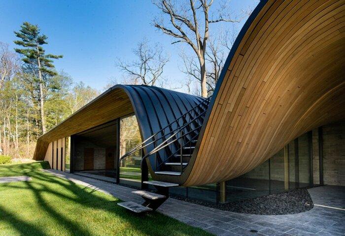 Волнообразная форма крыши призвана имитировать контуры Гамильтонских холмов (Fold House, Канада). | Фото: designboom.com