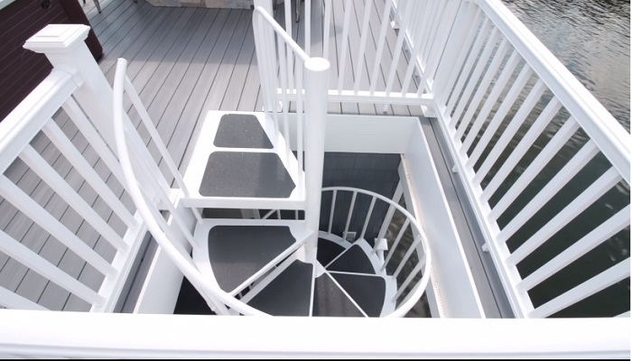 Оригинальная винтовая лестница ведет на крышу хаузбота.