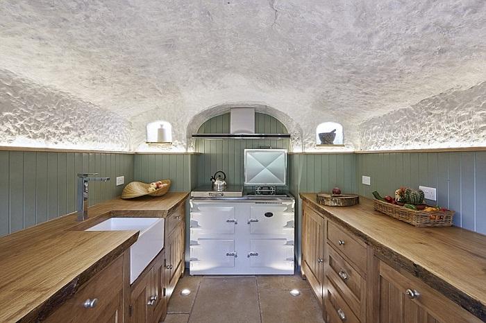 Кухня оформлена только натуральными материалами и оснащена всем необходимым.