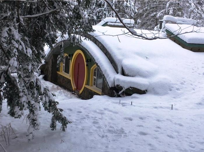 Зимой можно отдыхать в таком лесном домике с комфортом.